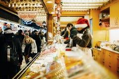 传统圣诞节市场食物市场摊位报亭 免版税库存照片
