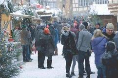 传统圣诞节市场 在街道、圣诞树和报亭上的人们 库存图片