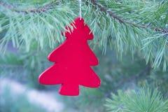 传统圣诞节或新年装饰了与一个红色木冷杉木玩具的树 库存照片
