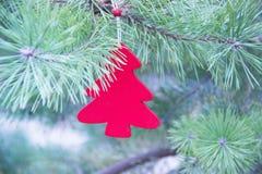 传统圣诞节或新年装饰了与一个红色木冷杉木玩具的树 库存图片