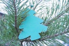 传统圣诞节或新年装饰了与一个蓝色木冷杉木玩具的树 免版税库存照片