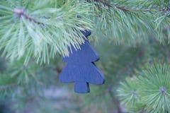 传统圣诞节或新年装饰了与一个蓝色木冷杉木玩具的树 免版税图库摄影