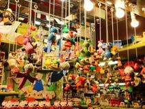传统圣诞节玩具和纪念品在圣诞节市场上在德国 免版税库存照片