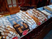 传统圣诞节甜点销售在公平的圣诞节的 免版税库存图片