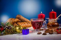 传统圣诞节苹果拳打用桂香和蜂蜜在蜡烛背景桌上  免版税图库摄影