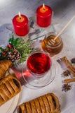 传统圣诞节苹果拳打用桂香和蜂蜜在蜡烛背景桌上  免版税库存照片