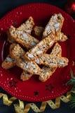 传统圣诞节酥皮点心,意大利自创biscotti曲奇饼或cantuccini,与杏仁坚果 免版税库存图片