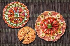 传统在黑褐色的塞尔维亚人欢迎开胃菜美味盘Meze集合交织了被打褶的纸羊皮纸位置字块 免版税库存照片