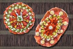 传统在黑褐色的塞尔维亚人欢迎开胃菜美味盘Meze集合交织了被打褶的纸羊皮纸位置字块 库存照片