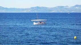 传统地中海船在风命名了航行通过波浪的Llagut 股票视频