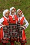 传统地道民间传说的人们在弗拉察,保加利亚附近打扮一个草甸 免版税库存照片