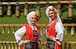 传统地道民间传说的人们在弗拉察,保加利亚附近打扮一个草甸 免版税图库摄影