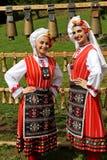 传统地道民间传说的人们在弗拉察,保加利亚附近打扮一个草甸 库存照片