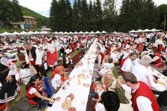 传统地道民间传说的人们在弗拉察,保加利亚附近打扮一个草甸 免版税库存图片