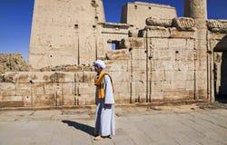传统埃及衣物的地方人在菲莱寺庙  图库摄影