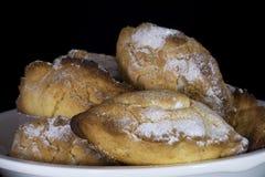 传统塞浦路斯的酥皮点心Ä°ci Dolu用核桃里面和在上面的糖粉 免版税图库摄影
