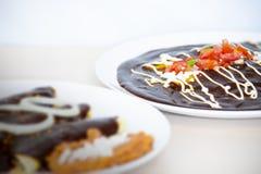 传统墨西哥美食,痣辣酱玉米饼馅,辣酱玉米饼馅de mole 图库摄影