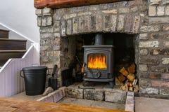 传统大砖壁炉在客厅 库存图片
