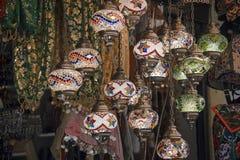 传统奥托曼样式马赛克灯作为纪念品的待售在一个地方义卖市场 库存图片