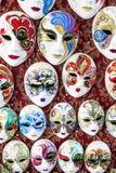 传统威尼斯式面具在街道上的一家商店在威尼斯 威尼斯式面具意大利 免版税图库摄影