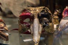 传统威尼斯式面具在街道,威尼斯意大利上的商店 库存照片