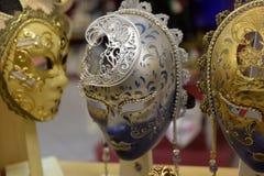 传统威尼斯式面具在街道,维罗纳意大利上的商店 免版税图库摄影