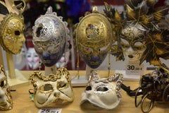 传统威尼斯式面具在街道,维罗纳意大利上的商店 图库摄影