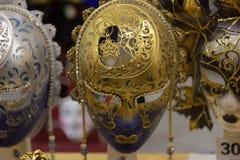 传统威尼斯式面具在街道,维罗纳意大利上的商店 免版税库存图片