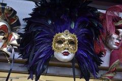 传统威尼斯式面具在街道,维罗纳意大利上的商店 免版税库存照片