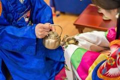 传统婚礼在韩国 新郎的手 免版税库存图片