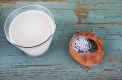 传统家做了蛋糕用凝乳酪,在上面的李子果酱,金子颜色,洒与糖粉用牛奶或茶 库存图片