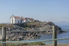传统宽容教堂看法,在Leca da Palmeira海滩的峭壁的  库存图片