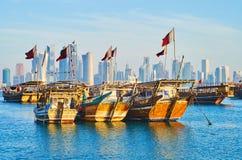 传统小船和多哈,卡塔尔现代建筑学  免版税库存图片