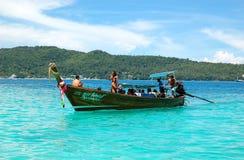 传统小船马达泰国的游人 图库摄影