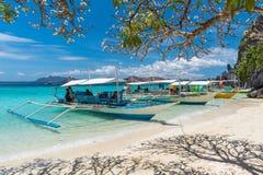 传统小船,菲律宾看法在Coron海岛海滩的 库存图片