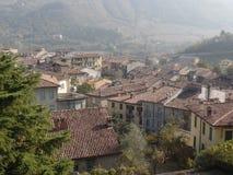 传统屋顶在一个北意大利村庄 免版税库存照片