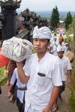 传统巴厘语的香客 库存图片