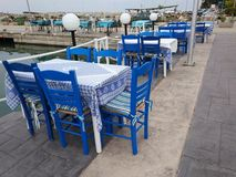 传统希腊小酒馆蓝色桌和椅子 库存图片