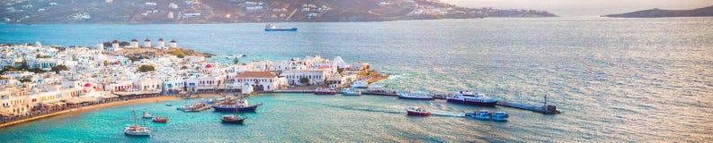 传统希腊村庄看法全景有白色房子的在米科诺斯岛海岛,希腊上, 免版税库存照片