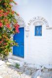 传统希腊蓝色门 免版税库存照片
