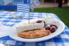传统希腊语Meze用橄榄、Tzatziki、乳酪和面包 库存照片