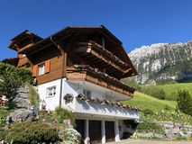 传统建筑学和农舍在Wagital或Waegital谷和由高山湖瓦吉塔莱尔湖Waegitalersee 图库摄影