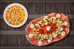 传统开胃菜美味盘Meze和碗刷新奥利维尔在布朗的沙拉集合打褶了纸羊皮纸位置字块 免版税库存照片