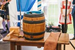 传统德国啤酒节日慕尼黑啤酒节的庆祝啤酒桶是假日标志在它打破前 免版税库存照片