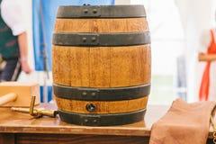 传统德国啤酒节日慕尼黑啤酒节的庆祝啤酒桶是假日标志在它打破前 免版税图库摄影