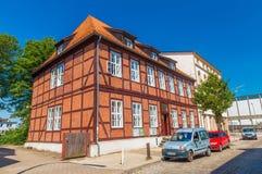 传统德国建筑学样式的一个房子 大厦做了与黏土瓦片的红砖在屋顶 库存照片