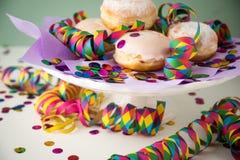 传统德国柏林人Pfannkuchen Krapfen多福饼充满果冻庆祝狂欢节、生日或者新的yearÂ的前夕 库存图片
