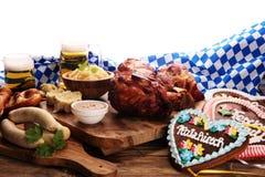 传统德国烹调, Schweinshaxe烤了火腿飞腓节 啤酒, 免版税图库摄影