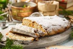 传统德语stollen,甜蛋糕用脯 免版税库存照片