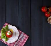传统意大利人Caprese沙拉-切的蕃茄、无盐干酪乳酪和蓬蒿,黑暗的背景,顶视图, copyspace Caprese 库存图片